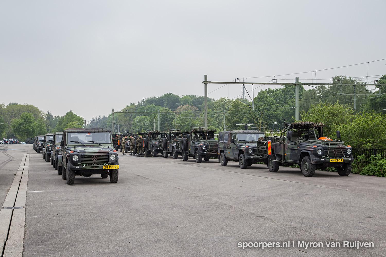 Beladen militaire trein for Depot laden